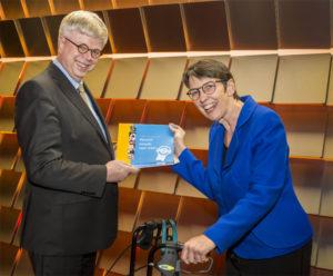 Beleidsadviseur Piet Vessies (AWVN) overhandigt 'Verschil smaakt naar meer' aan staatssecretaris Klijnsma.