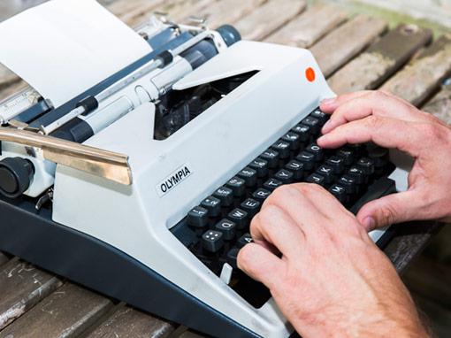 Moderne gedichten laten schrijven op een authentieke typemachine.